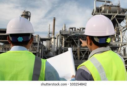 Zwei Ingenieurölunternehmen erörtern ein neues Projekt mit großem Hintergrund für die Ölraffinerie