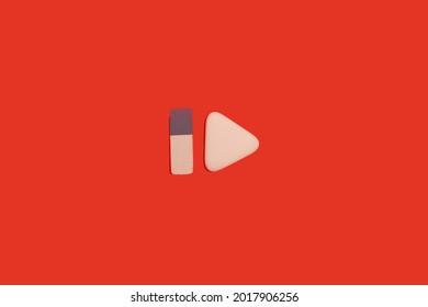 zwei Radiergummis auf rotem Hintergrund. Bürozubehör