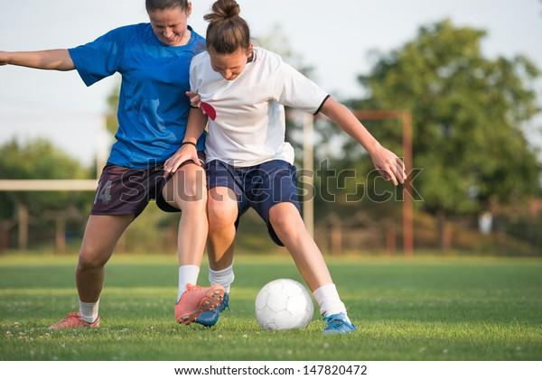 zwei Fußballerinnen auf dem Feld