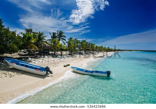 zwei Fischerboote am Strand von Catalina, einer Wüsteninsel in der Nähe von Punta Cana , Dominikanische Republik