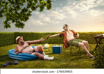 Zwei lustige Nerds entspannen am Sommertag im Garten