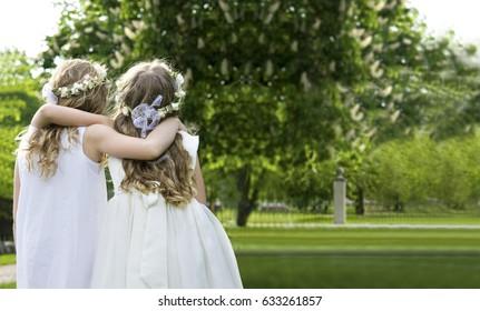 Zwei Mädchen unterwegs - Erste Kommunion