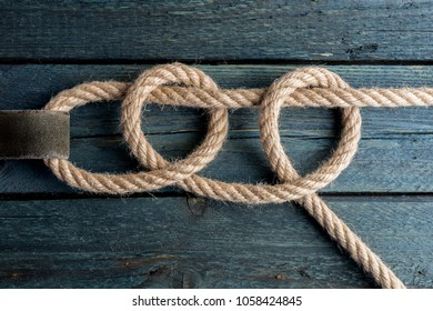 Two Half Hitches Knot. Node rope.