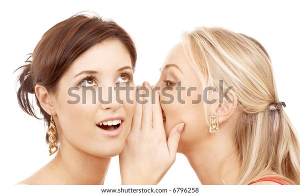 zwei glückliche junge Freundinnen, die über Weiß reden
