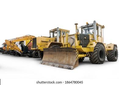 Zwei schwere Zugmaschine mit einem Bagger und andere Baumaschinen einzeln auf weißem Hintergrund