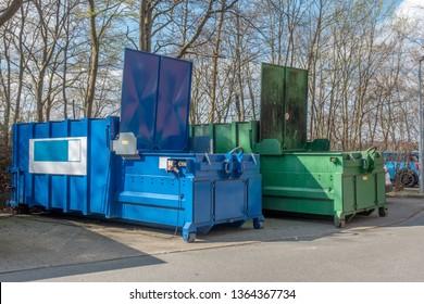 zwei große Mülleimer, die auf dem Krankenhausgelände stehen