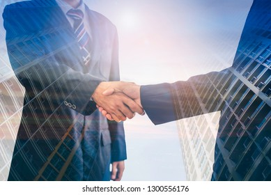 Two male executives have joined hands because of the two business cooperation agreements that have achieved success in the investment of the real estate business.