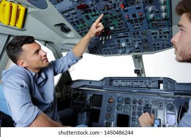 zwei Männer in einem modernen Flugsimulator für die Pilotenausbildung
