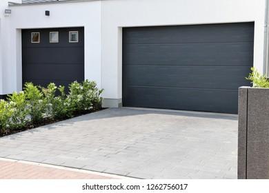 Zwei moderne neue Garagentore (Sektionstüren) in einem Wohnviertel