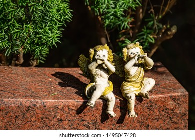 Two musical angels on a gravestone