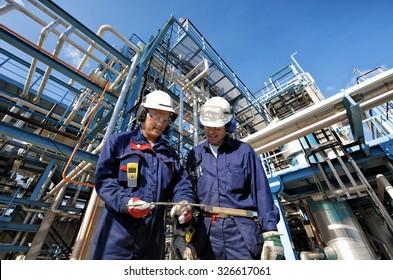 zwei Öl- und Gasarbeiter mit Hauptbahnhof in der Raffinerieindustrie