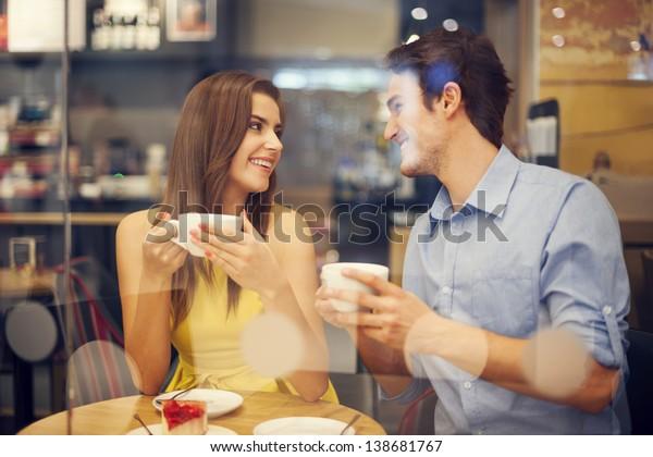 カフェで2人の人が一緒に過ごす時間を楽しむ
