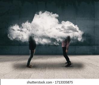 Dos personas charlando dentro de una nube. Concepto de lluvia de ideas .