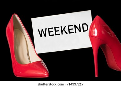 Two red high heels and a sign with the imprint Weekend