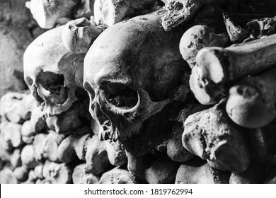 two skulls in the Paris catacombs