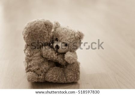 two teddy bears hugging each other の写真素材 今すぐ編集