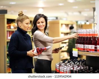 2 People Talking Supermarket Stock Photos, Images