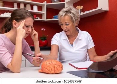 two women talking abaut brain diseases, one of them is a nurse or doctor, the other have headaches