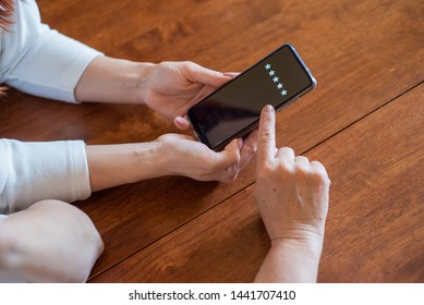 Two women vote in a smartphone while sitting at the table. The hands of mother and daughter, holding the phone and arrange the rating, Zero stars. Experience . Close-up phone