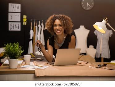 Zwei junge Unternehmerinnen und Modedesignerinnen arbeiten an ihrem Atelier
