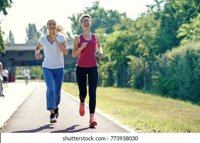 Two young woman is joging in the morning.