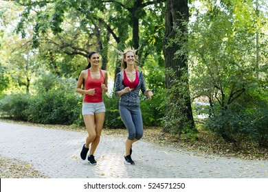 Two young women jogging in nature in pursuit of a perfect body figure