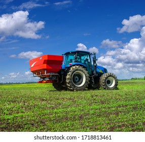 Two-disc fertiliser spreaders with mechanical drive nourishing winter crops, a disk spreader of winter crops with a universal drive shaft