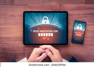 Zweifaktorauthentifizierung (2FA) und Verifizierungssicherheit Benutzer mit digitalem Tablet- und Smartphone und zweifakultativem Authentifizierungsprozess. Überprüfen Sie den Code auf Smartphone, Flachbildschirm-Design.