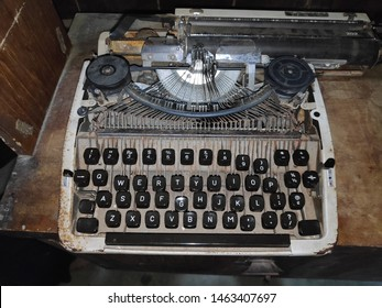 Typewriters or typewriters are machines, or electronic devices with a set of buttons that, when pressed, cause letters to be printed on documents, usually paper.