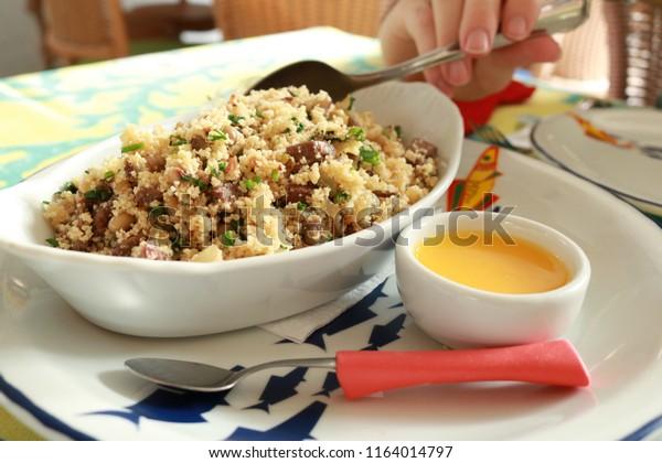 cuisine brésilienne typique de la région du nord-est farine de farofa avec viande séchée et haricots verts restaurant beijupira