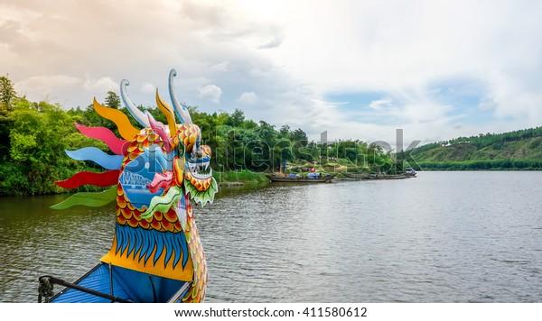 Typisches Drachenboot am Parfüm Fluss in Hue, Vietnam. Diese Boote sind bekannt für touristische Ausflüge.