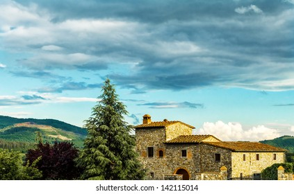 A typical farmhouse in Tuscany (Italy)