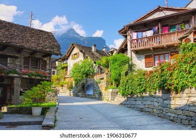 typische Häuser in Sonogno im Verzascatal, Tessin in der Schweiz, Europa