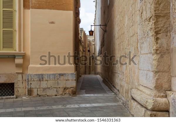 typical-mdina-street-narrow-medieval-600