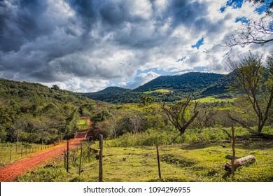 Typischer roter Sandweg in Paraguay: hier, vom Colonia Independencia bis zum Ybytyruzu Gebirge.
