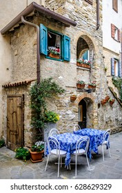 typical sidewalk restaurant in italy