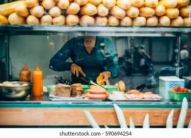 Typisches Straßenessen in Hanoi, Vietnam
