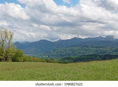 Typischer Blick auf die Alpen bei München in Bayern