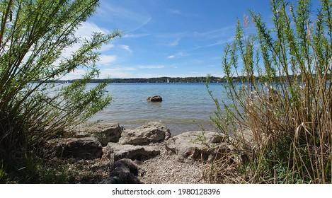 Typischer Blick auf den Starnberger See bei München in Bayern