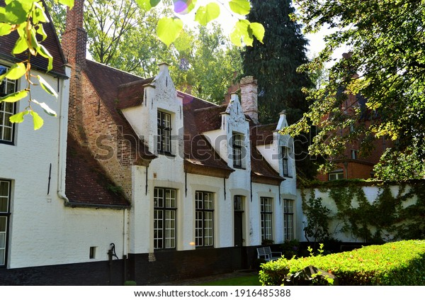 typical-white-houses-bruges-600w-1916485