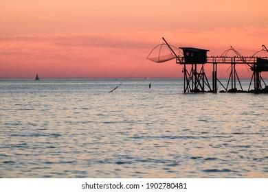 Cabanes de pêche typiques en bois au bord de l'océan Atlantique près de Pornic dans la Loire Atlantique en France