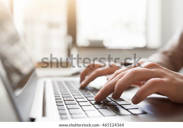 Tippen Sie auf Laptop, Nahaufnahme, Chat in Facebook, Meeting-Website. Blogger, Journalist schreibt neuen Artikel.
