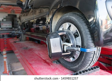 Tyre / tire fitting, rod adjustment. For the vehicle on the adjusting the tie-rod to align the wheel correctly.