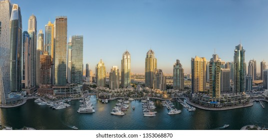 UAE/DUBAI - 18DEZ2018 - Multiple photos converted into a panamoramica of the beautiful city skyline area of Dubai. Marina Terrace. UAE