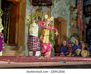 UBUD, INDONESIA - JULY 7, 2004: dancer is performing an indonesian dance potpurri for tourists inUbud, Indonesia