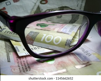 The Ukrainian hryvnia. UAH - the money of Ukraine - 100 hryvnia bills, a look through the glasses