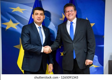 Ukrainian Prime Minister Volodymyr Groysman (L) and European Commissioner for the Energy Union Maros Sefcovic (R) in Brussels, Belgium, 17 December 2018.