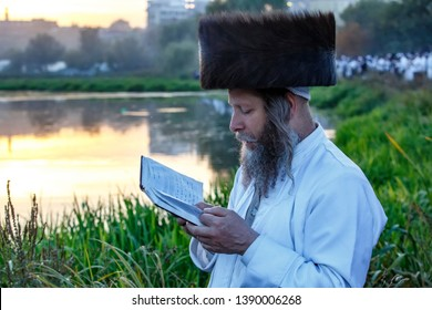 Ultra-Orthodox Jewish Hasids pilgrims pray on a bank of a lake near the tomb of Rabbi Nachman of Breslov during the celebration of Rosh Hashanah, the Jewish New Year, in Uman, Ukraine, September 2016
