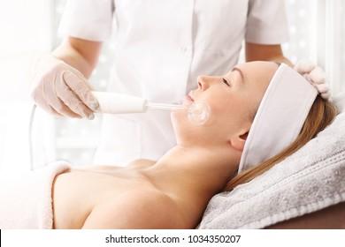 Ultrasounds. Facial skin. A woman in a beauty salon