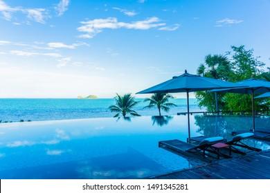 Regschirm und Stuhl um den schönen Luxus-Außenpool mit Meerblick im Hotelresort für Urlaubsreisen Konzept für Urlaubsreisen
